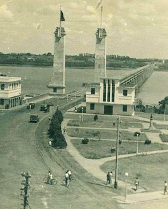 Vista antiga da ponte entre Paso de los Libres e Uruguaiana (IBGE)